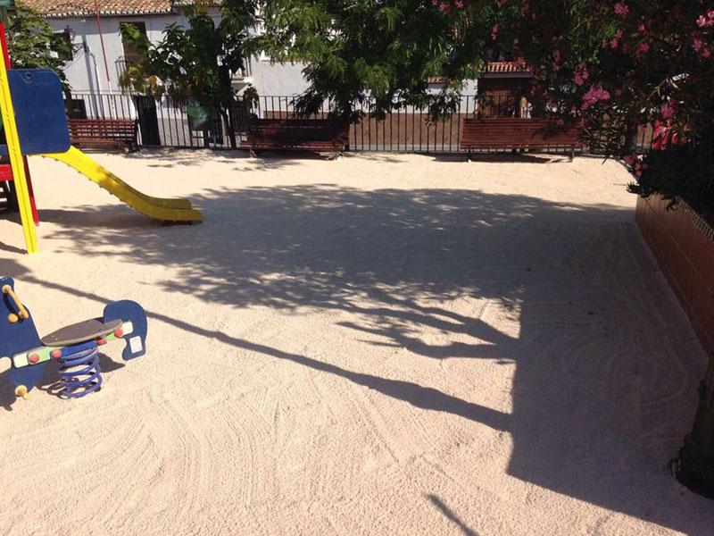 Suelos de seguridad para parques ligeros resistentes y for Suelos resistentes