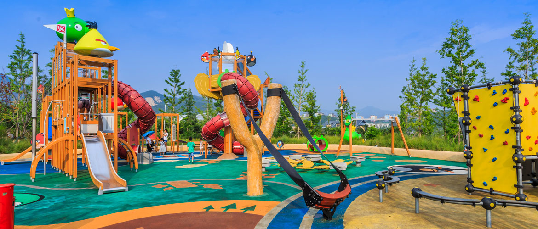 Beneficios de jugar al aire libre en parques infantiles